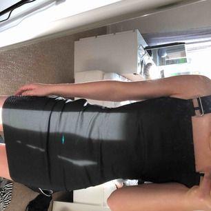 Väldigt snygg i bekväm klänning som använts ett fåtal gånger med behövs komma mer till användning!