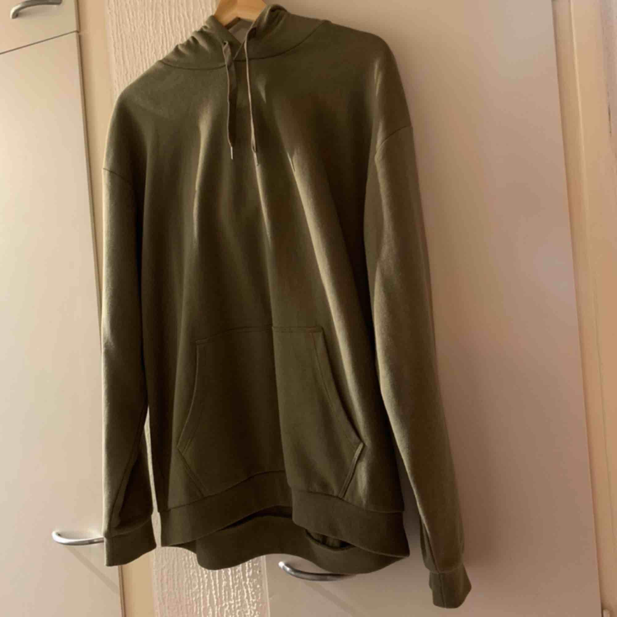 Fint hoodie från Cubus helt ny aldrig använd stlr L men passar alla storlek tror jag,passar bra mig som har xs-s köpte för 249 Finns i Malmö. Kan skicka dem men köparen betalar fraktkostnaden . Huvtröjor & Träningströjor.