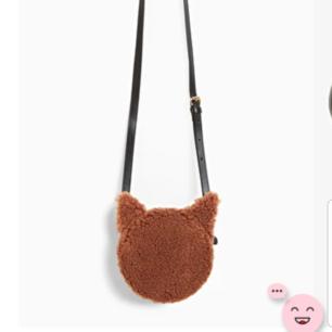 En jättefin teddybear väska från Monki. Passar perfekt till hösten. Oanvänd. Kan tänka mig att gå ner i pris vid snabb affär.🦋🍂  Tar Swish!