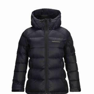 """Säljer denna skitsnygga Peak jacka i modellen """"frost down"""" för dam. Endast använd 1 gång, precis som ny! Säljer pga för liten strl och går ej att lämna tillbaka. Nypris är ca 4000kr, så 2300kr för en splitterny peak är ett kap!💞"""