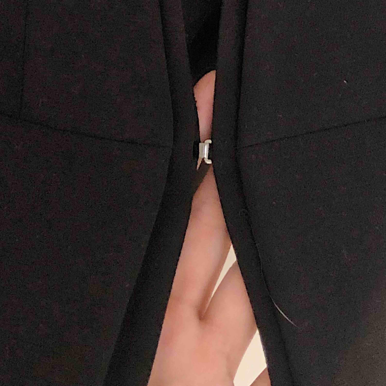Svart blazer från H&M, liten i storleken så skulle rekommendera denna ifall du har storlek 40 eller 38. Den är använd två/tre gånger. Knäppe finns (kolla andra bilden) Frakten står man själv för men jag kan gärna mötas upp i Sjöbo eller i Lund, 💗. Kostymer.
