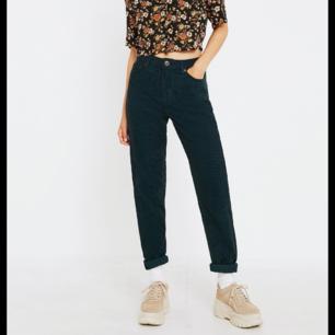 Ett par jättefina manchester byxor från Urban Outfitters. Passar perfekt till hösten. Kan tänka mig att gå ner i pris vid snabb affär.🦋  Nypris: 800kr  Mitt pris: 200kr   Tar Swish!