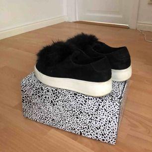 säljer dessa super fina skor från steve madden, säljer eftersom ja tyvärr inte använder de längre. super fint skick förutom de märken man ser på bild. knappt använda. pris går att diskutera