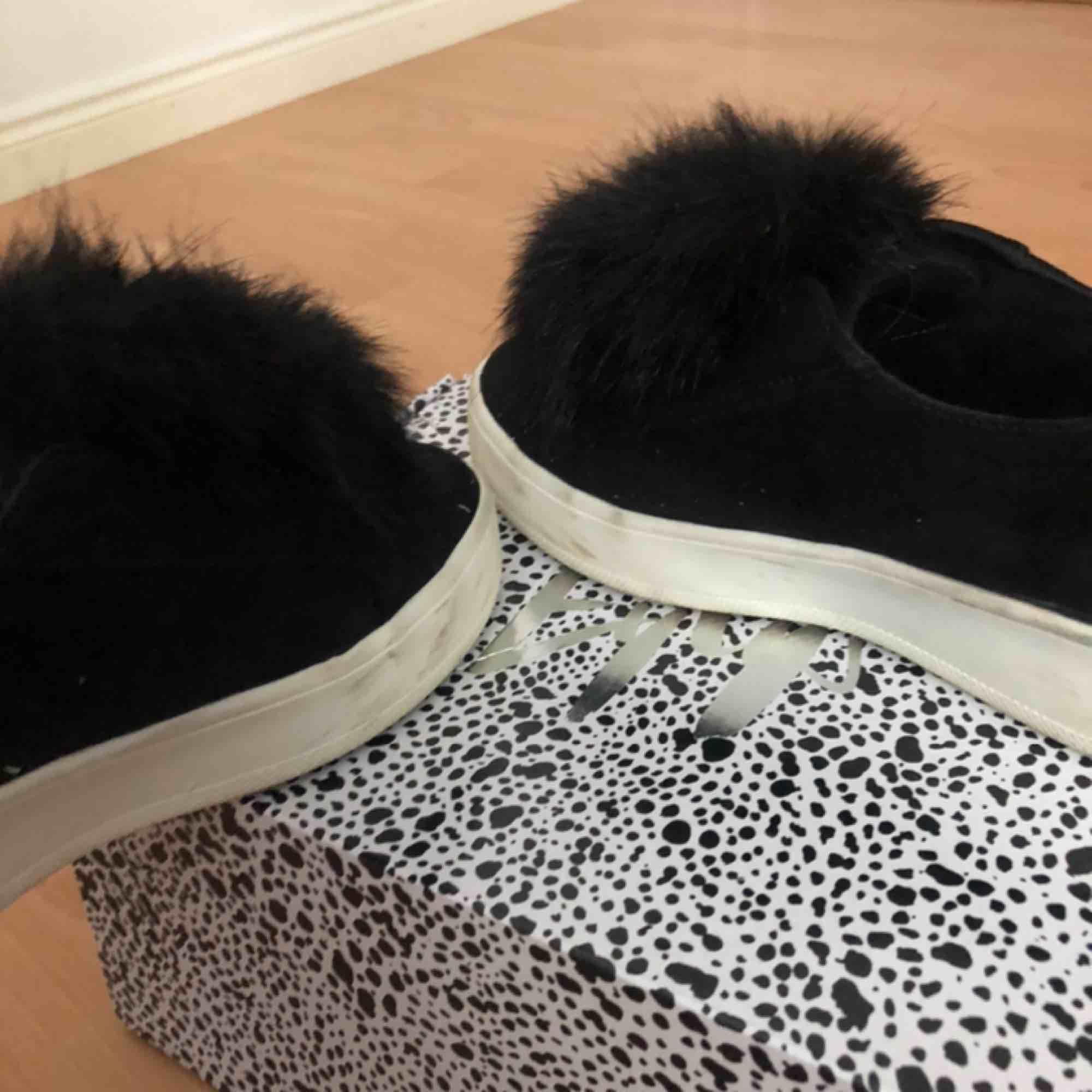 säljer dessa super fina skor från steve madden, säljer eftersom ja tyvärr inte använder de längre. super fint skick förutom de märken man ser på bild. knappt använda. pris går att diskutera . Skor.