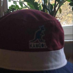 Äkta kangol hatt från 90talet, riktigt fint bevarad men kommer tyvärr aldrig till användning
