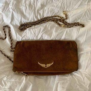 Zadig & Voltaire väska i mocka, modellen rock. Fint skick men mockan på baksidan har blivit lite skitig, skulle behöva mockabehandling!