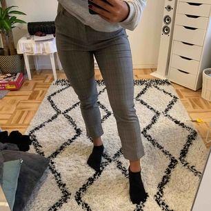 Fina grå-rutiga kostym byxor från Zara köpta för ett år sen och knappt använda efter det.  Kan mötas upp i Sthlm men jag kan även frakta (frakten ingår i priset) 🍁🍂