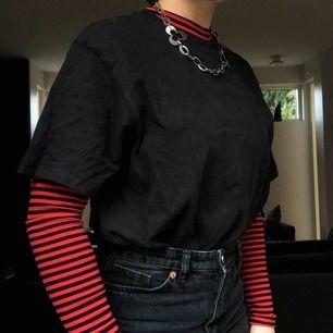 Tight långärmad cropped polo(ish)-tröja från Forever 21. Skulle nog säga att den är mer en XS än S. Bra plagg att skapa Outfitten utifrån, och perfekt till hösten!! Inte använd mycket så skicket är bra, frakt tillkommer.