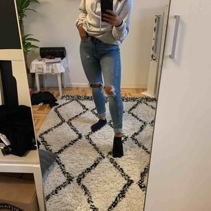 Fina jeans från lager157. Använda endast en gång, väldigt fint skick och väldigt sköna.  Kan mötas upp i Sthlm, men jag fraktar också (frakten ingår i priset)