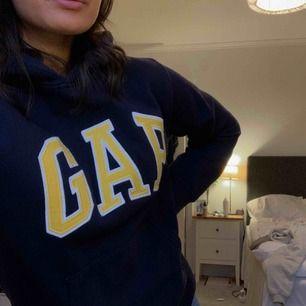 Typ ny hoodie från Gap. Köpt i New York på barnavdelningen i Junior XL. Vilket motsvarar en vanlig XS.  Kan mötas upp i Sthlm, man fraktar också. (Frakt ingår i priset)