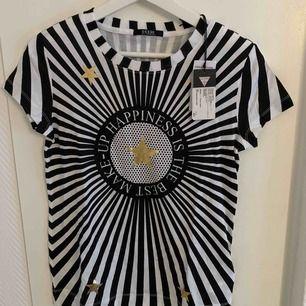 Oanvänd Guess T-Shirt Original. Finns i flera sidor på olika prisor.  Storlek: S  63kr kostar Frakten