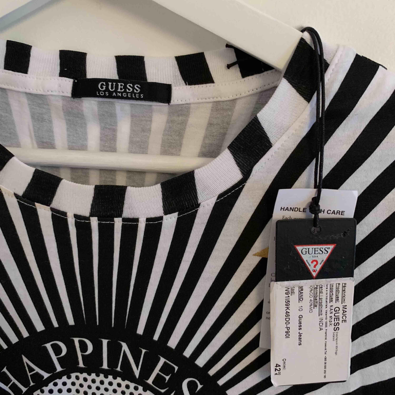 Oanvänd Guess T-Shirt Original. Finns i flera sidor på olika prisor.  Storlek: S  63kr kostar Frakten . T-shirts.