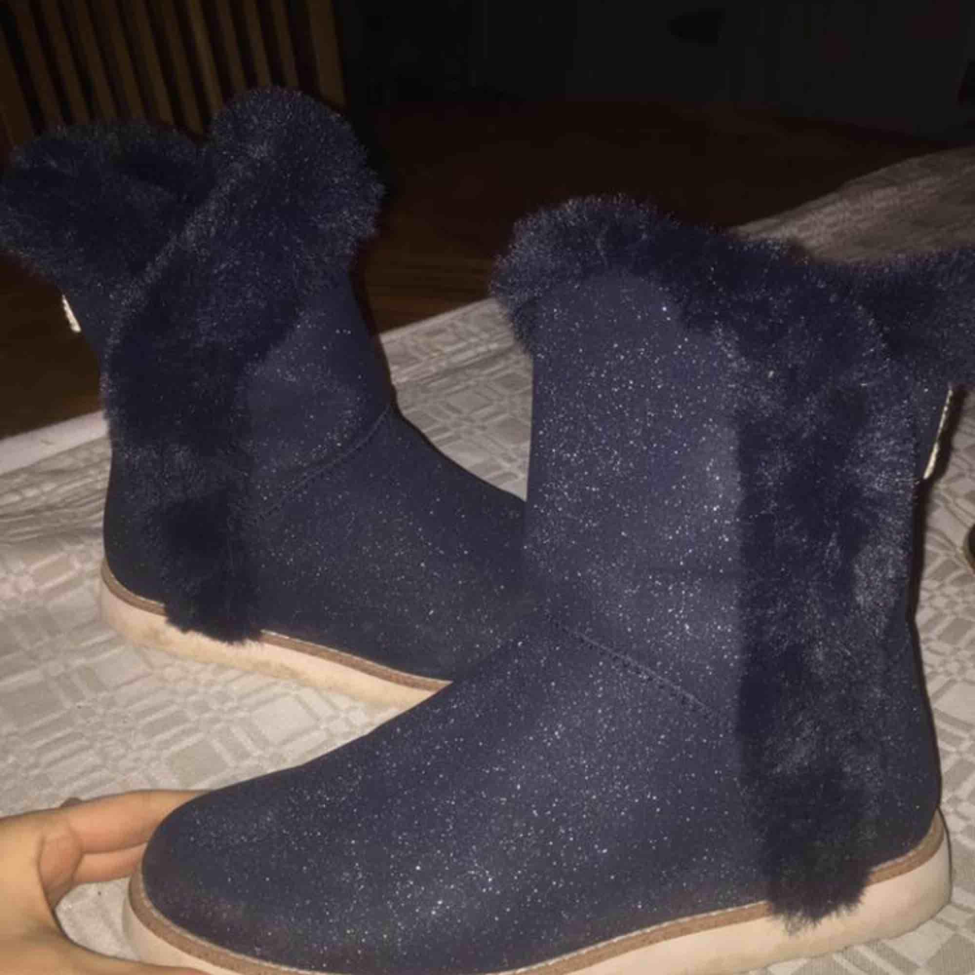Säljer ett par glittriga vinterskor från Zara. De liknaar UGGS i modellen. De är aldrig använda. Kan mötas upp i Falun, eller frakta för 59kr. 💖💖💖. Skor.