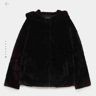 Jacka i fuskpäls från Zara med en stor och härlig luva. Den är endast använd en gång. Jag kan mötas upp i Falun eller frakta för 59kr. 💖💖💖