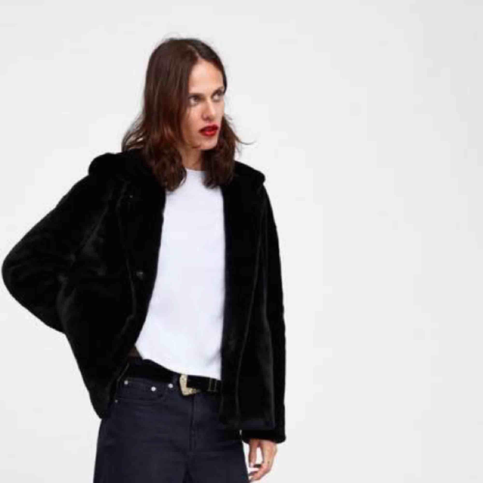Jacka i fuskpäls från Zara med en stor och härlig luva. Den är endast använd en gång. Jag kan mötas upp i Falun eller frakta för 59kr. 💖💖💖. Jackor.