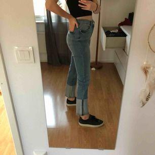 Supersnygga(!!) jeans med detalj nertill. Storlek 36. Ganska stretchiga. Bra skick! Köpare står för frakt🥰