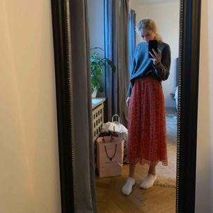 Skitsnygg  lång kjol 🥰 Aldrig använd🥰 Super snygg🥰 Bra skick 🥰 Perfekt för sommarresa för vinter eller bara vanligt kjol till höst🥰  Pytte lite nopprig eller vad man ska säga🥰
