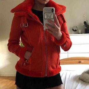 Helt oanvänd röd Faux suede shearling aviator jacket, med faux päls på hela insidan. Hög kvalitet, utsida och insida är len. Jackan är varm funkar för både höst och vinter. Passar 34 och 36. Nypris 1150kr.