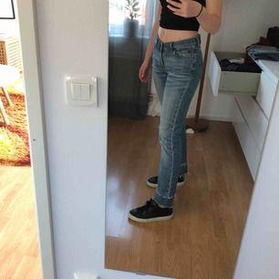 Asballa!!! jeans från sand med detaljer nertill. Väldigt ovanliga. Väl använda men fortfarande hela och och bra skick!! Storlek 36. Köparen står för frakt🥰