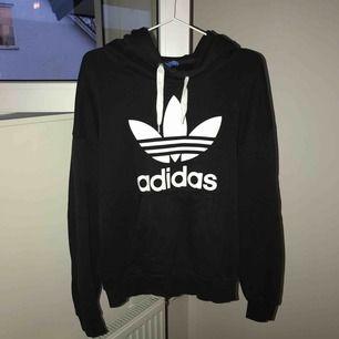Svart Adidas hoodie, Storlek 38, använd, nypris 700kr, köparen står för frakt