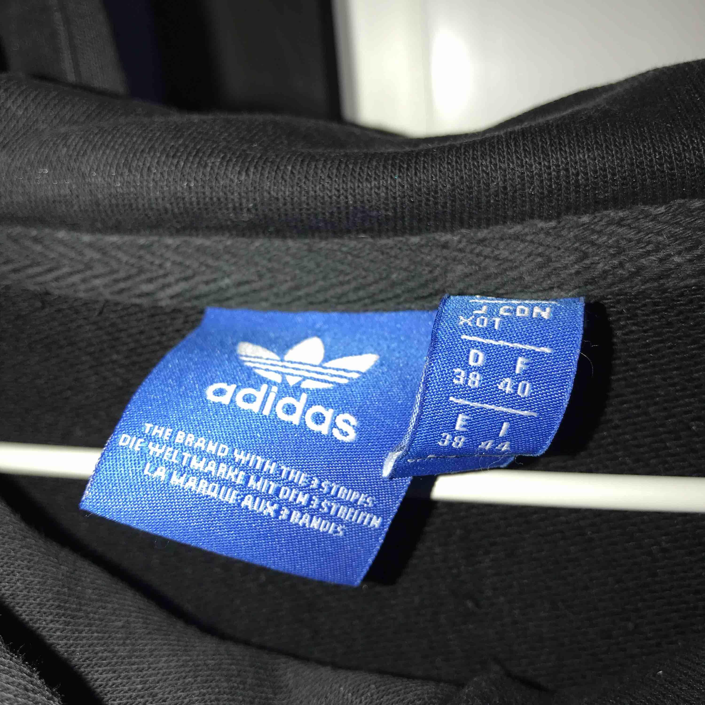 Svart Adidas hoodie, Storlek 38, använd, nypris 700kr, köparen står för frakt. Huvtröjor & Träningströjor.