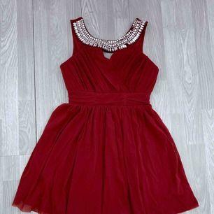 Vinröd kort klänning från Elise Ryan storlek 38.  Fint skick förutom att 2 stenar från framsidan är borta.  Frakt kostar 63kr extra, postar med videobevis/bildbevis. Jag garanterar en snabb pålitlig affär!✨ ✖️Fraktar endast✖️