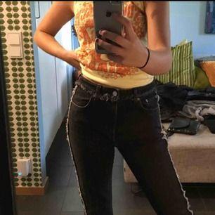 Ascoola jeans från weekday, köpta förra året. Grå med fransig detalj längst både benen. Og pris 600 kr. Nyskick, aldrig använda🥰