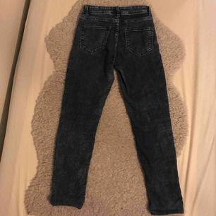 Mörkblåa byxor som är högmidjande och är köpta från H&M.   Har använt ett par gånger men är fortfarande i riktigt bra skick. Köparen står för frakten och betalningen sker via Swish👍