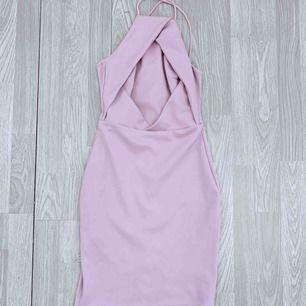 Superfin kort pastell rosa/lila klänning från NLY One, storlek xs. Korsade axelband. Fint skick.   Frakt kostar 54kr extra, postar med videobevis/bildbevis. Jag garanterar en snabb pålitlig affär!✨ ✖️Fraktar endast✖️