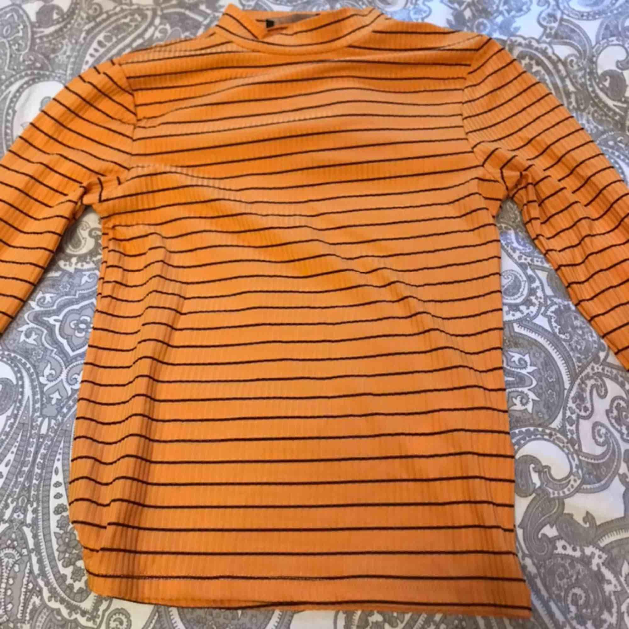 Tröjan är från newyorker. Andvänd Max 2 gånger. Köpte den för 180. Andvänder inte den längre därför jag säljer den🥰(fläcken på första bilden e på spegeln inte på tröjan). Tröjor & Koftor.