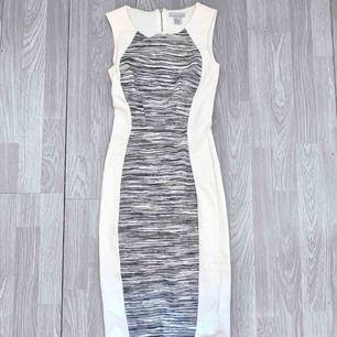 Lång vit/grå klänning från HM storlek xs i fint skick.  Frakt kostar 59kr extra, postar med videobevis/bildbevis. Jag garanterar en snabb pålitlig affär!✨ ✖️Fraktar endast✖️