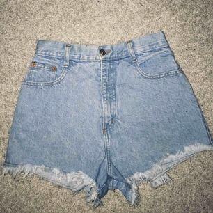Säljer mina dösnygga shorts i en superfint ljusblå tvätt! De är för små så hoppas de kommer till användning hos någon annan ⭐️⭐️ ~köpta second hand på beyond retro~  Hör av er för mer bilder eller annan info