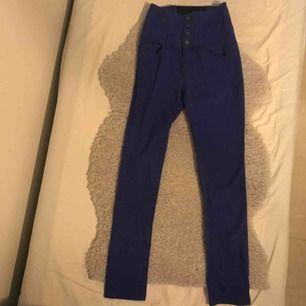 Super sköna högmidjande byxor som är mörkblåa med extra knappar. Säljer då det inte är min stil längre. Köparen står för frakten och betalning sker via Swish👍