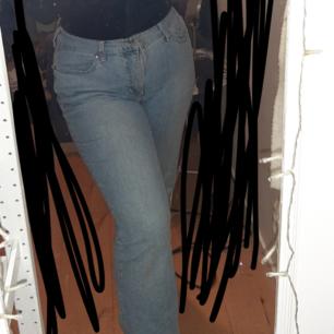 Säljer mina superfina vintage mac jeans. Jeansen är en rak modell och knappt använda. Ordinarie pris 1199 kr men säljs för 250 kr + frakt. Storlek W:42 L:30.
