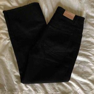 Superfina rejäla jeans från Rodebjer orginalpris ca. 1600. Knappt använda. Kortare modell som är vide nedtill.   Köparen står för frakt annars kan jag mötas i centrala Stockholm:)
