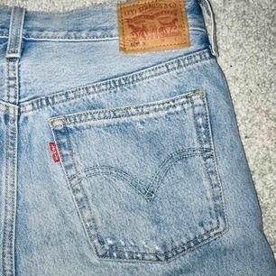 Supersnygga jeans från Levi's. Vet inte exakt vilken modell dom är men de är köpta på nakd så där kan man se bättre bilder.   Hör av er för mer bilder eller andra frågor ⭐️⭐️