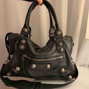 Balenciaga Giant 12 City Bag. Väskan är sparsamt använd🥰 Köptes för 15.000kr på Nathalie Schuterman här i Sthlm. Garanti av äktahet går att bevisa där eller hos Balenciaga. Kvitto är tyvärr borta därav säljs den för ett lägre pris.