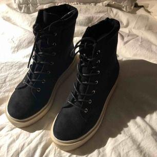 Helt nya snygga sneakers/boots, jättesköna och varma. Perfekt för höst och vinter ⚡️ Aldrig använda, endast provade (därav priset)