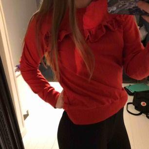 Röd sweatshirt med volang från Kappahl stl 154-168 passar xs. Nyskick, använd en julafton.   Finns på dm, bara att fråga om det är något ni undrar jag svarar på allt🍓Frakt tillkommer (som köparen står för) 🍓