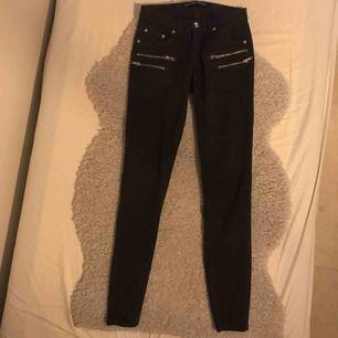 Mörklila( nästan svarta) byxor med låg midja. Säljer då de inte passar mig längre. Köparen står för frakten och betalning sker via Swish👍
