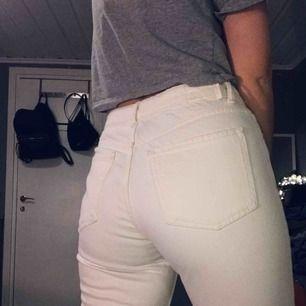 Supersnygga jeans från bershka i en mom jeans modell. De är för korta för mig så de kommer inte till användning... jag är 174 cm  Hör av er för mer bilder eller annan info ⭐️⭐️