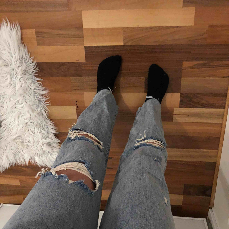 Raka jeans med hål i från bikbok. Säljer pga att de inte sitter så bra på mig. Aldrig använda endast provade. Frakt tillkommer. . Jeans & Byxor.