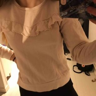 Ljusrosa sweatshirt med volang från Kappahl stl 146-152 passar xs/xxs. Inte använd mycket därmed superfint skick. Finns på dm, bara att fråga om det är något ni undrar jag svarar på allt💗Frakt tillkommer (som köparen står för) 💗