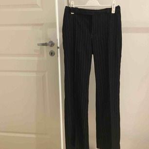 skisnygga kostymbyxor som är jätteförsmå för mig! förmodligen storlek 36/38