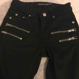 Fina svarta byxor med låg midja. Köparen står för frakten och betalningen sker via Swish👍