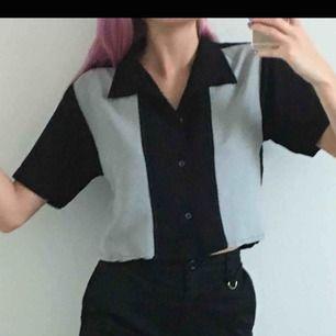 Jättecool svart-grå skjorta. Passar typ s\xs om man vill ha den lite oversized men tror att det passar också M storlek. FRAKT INKLUDERAT I PRISET.