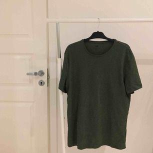 enkel militärgrön baströja! snygg till svarta byxor, att ha en tröja under, osv