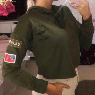 Croppad militärhoodie, aldrig använd. Inklusive frakt: 120 kr