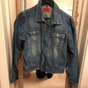 Jeans jacka knappt använd. Köpt på second hand. Frakt ingår.