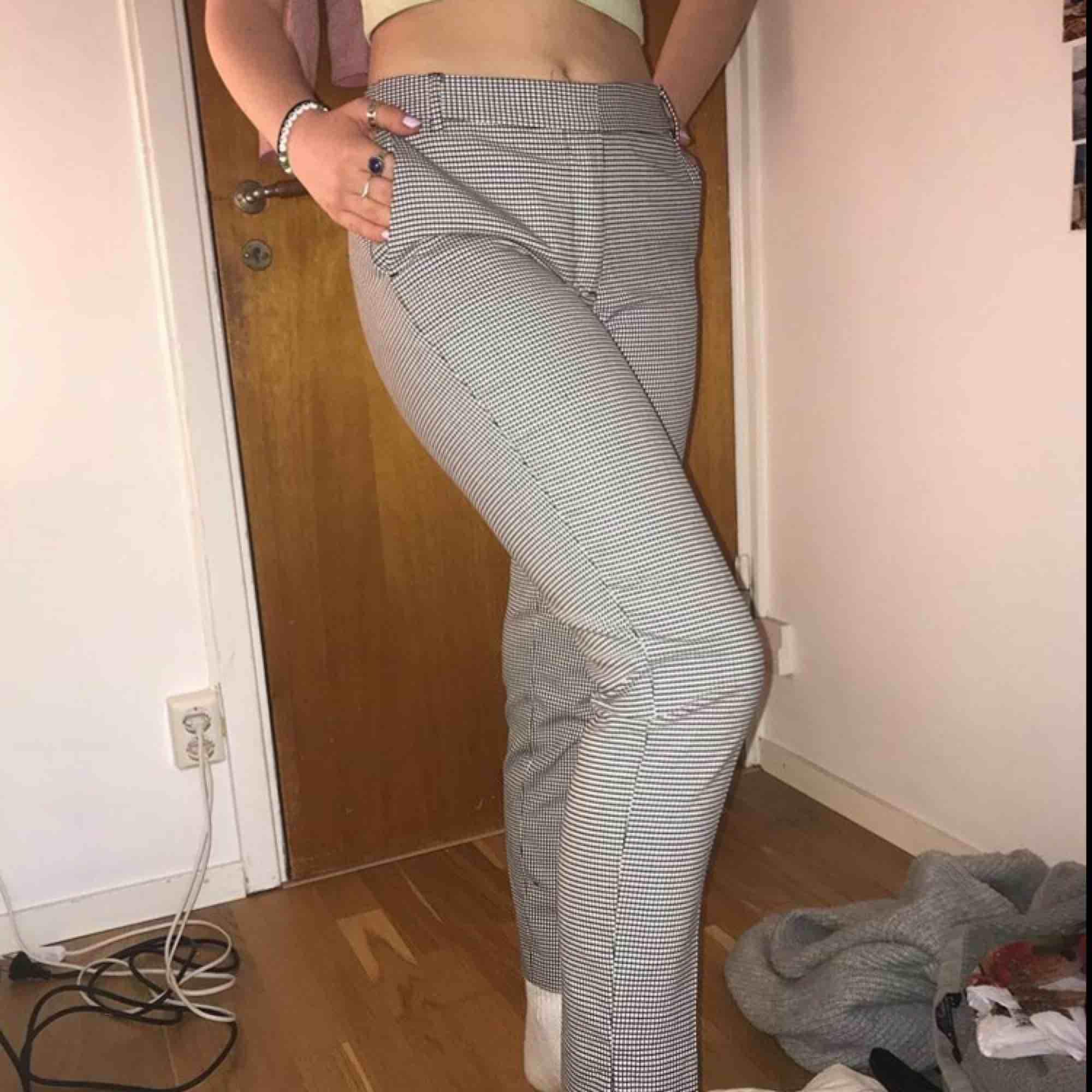 Ett par rutiga kostymbyxor från zara, bra skicka bara att det inte riktigt r min stil längre🥰. Jeans & Byxor.